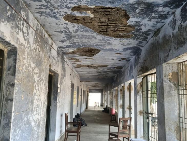 भागलपुर के जिला स्कूल की जर्जर छत के नीचे बच्चों का हो रहा प्रैक्टिकल।