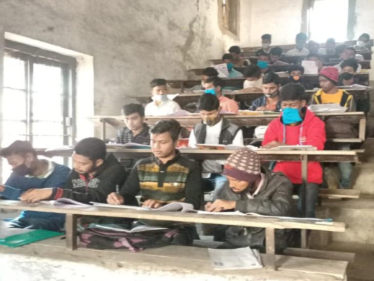 TNB कॉलेजिएट भागलपुर में एक बेंच पर चार-चार बच्चे बैठे थे।