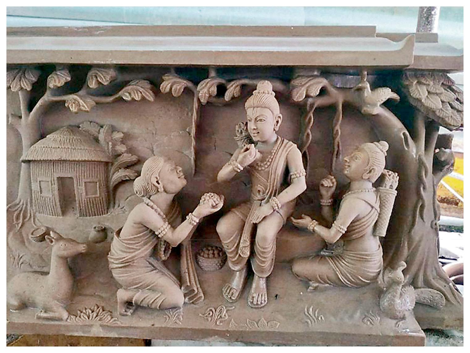 हाथ से तराशी जाने वाली मूर्तियां भारत की संस्कृति और इतिहास को दर्शाती हैं। इनमें अरबी प्रतीकों को भी शामिल किया गया है।