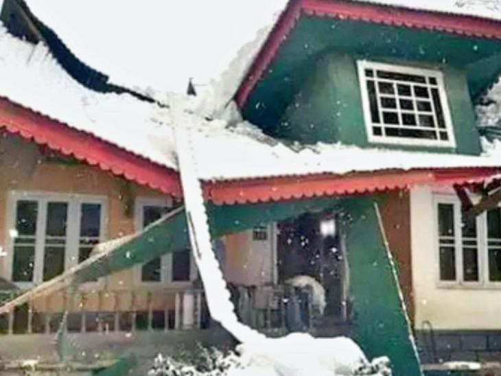 जम्मू कश्मीर में बर्फ के वजन से घरों की छतें गिरने लगी हैं।