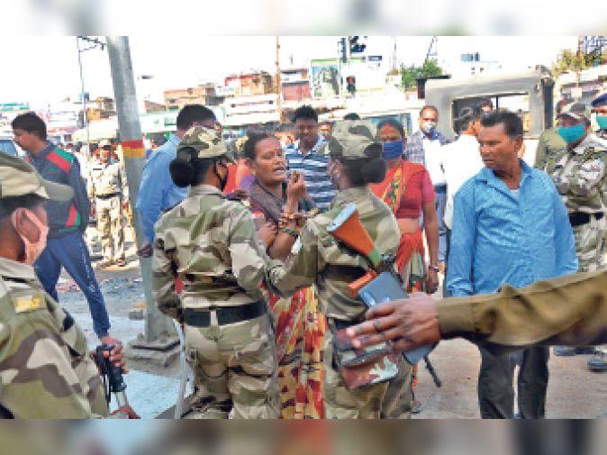 एक महिला दुकान तोड़ने का विरोध करती हुई पुलिस से उलझ पड़ी