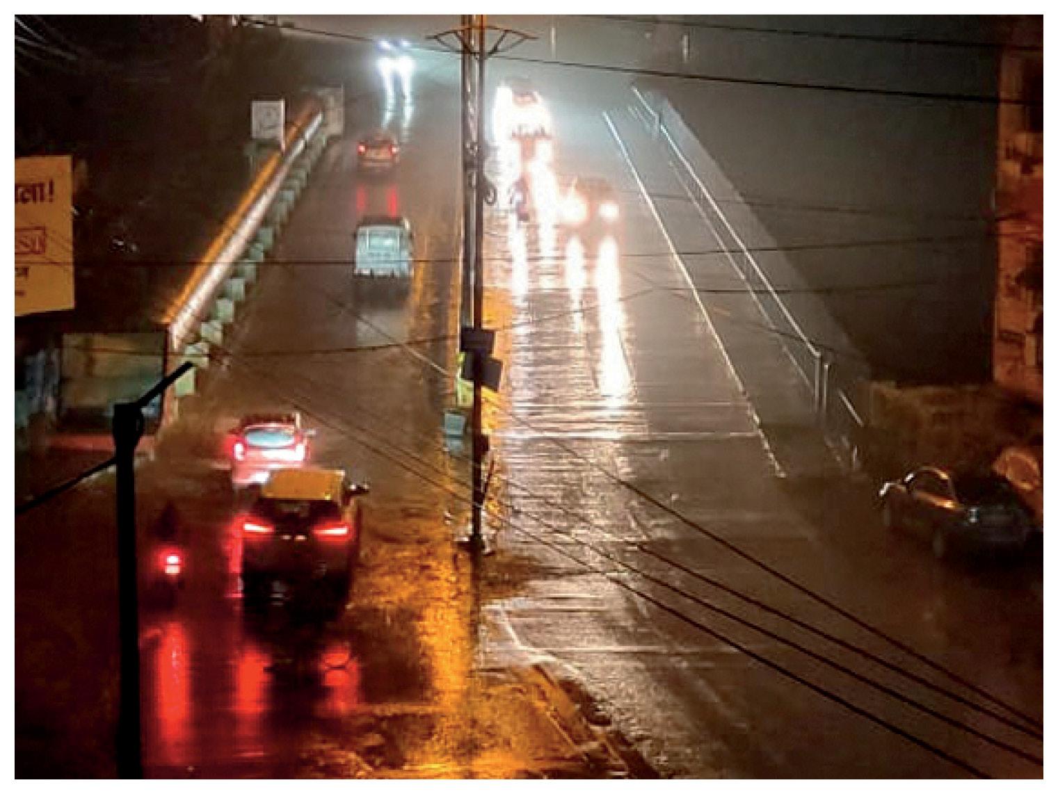 फोटो भोपाल की कोलार रोड की है। देर रात तक शहर बारिश से भीगता रहा।