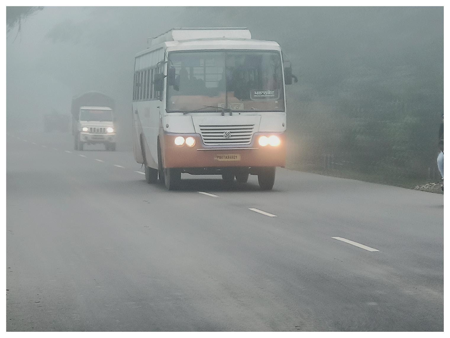 पंजाब के होशियारपुर में सुबह देर तक कोहरा छाया रहा।