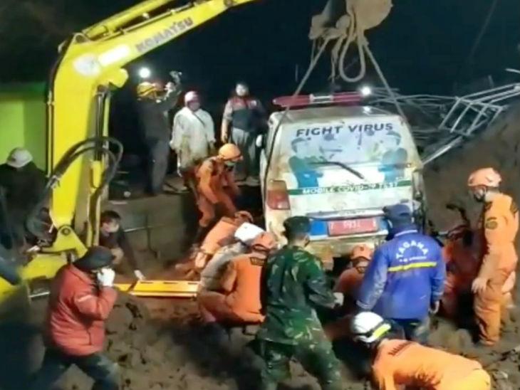 तेज बारिश के बाद जावा में दो बार लैंडस्लाइड; रेस्क्यू करने पहुंची टीम भी मिट्टी में दबी, 11 की मौत