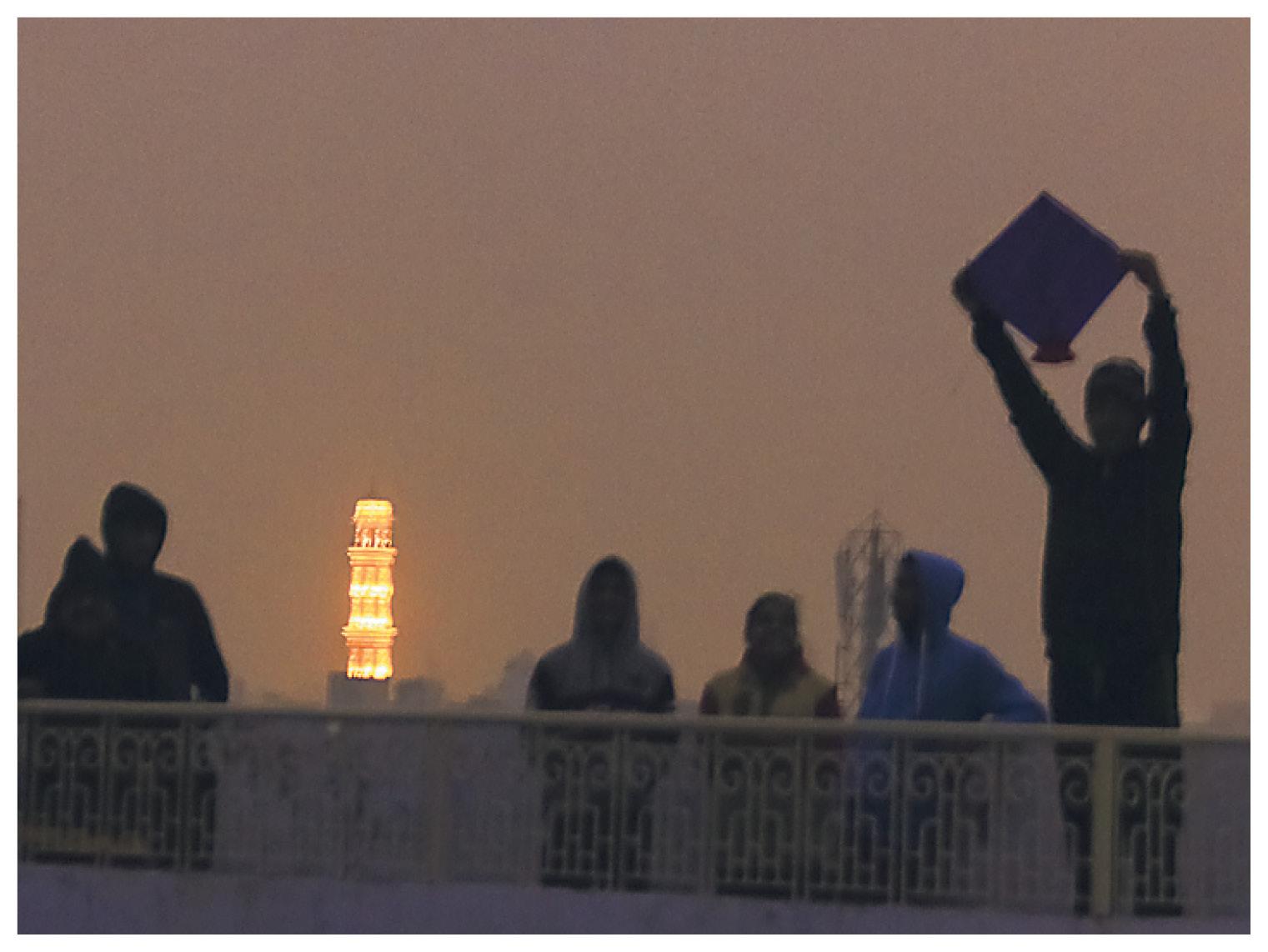जयपुर में शनिवार शाम 5:50 बजे: घने कोहरे के के कारण रात जैसा लगने लगा।