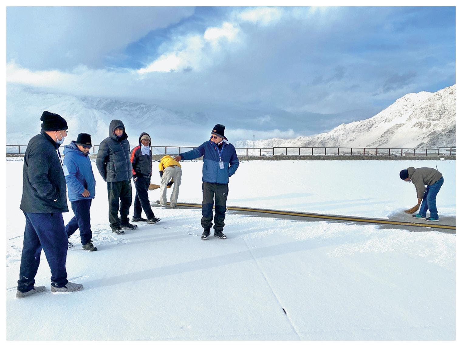 रनवे का जिम्मा वायुसेना के पास है और उनके पास बर्फ हटाने की मशीनें हैं, लेकिन मैनुअली बर्फ हटाने से संचालन में बाधा नहीं आती।