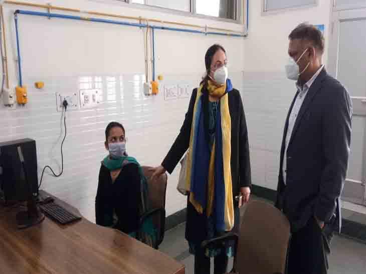 वैक्सीनेशन को लेकर जायजा लेने आए अधिकारियों को जानकारी देती डॉ. कंग