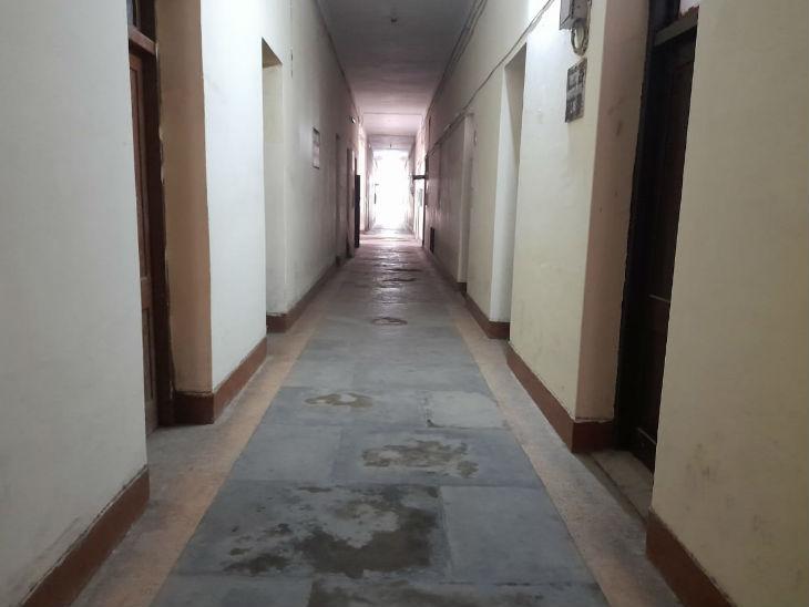 कॉलेज में अधिकांश कमरे अभी बंद हैं।