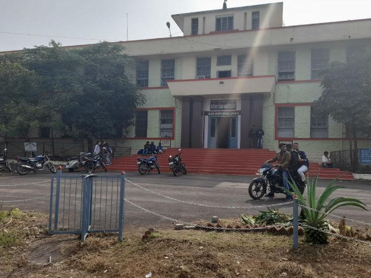 कॉलेज में छात्र-छात्राएं तो पहुंचे, लेकिन पहले दिन सिर्फ सहमति पत्र जमा कराए गए।