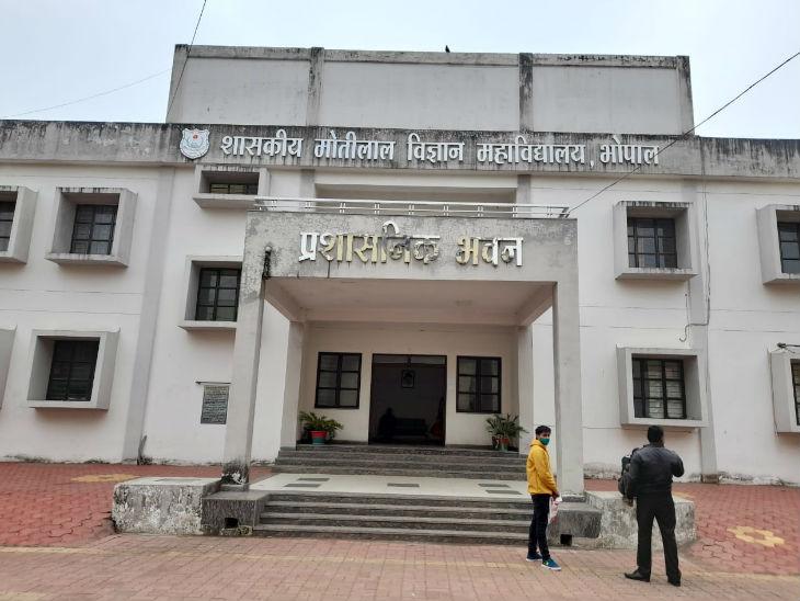 प्रदेश भर के कॉलेजों में सोमवार से नियमित क्लास लगना शुरू हो गईं। सुबह 10.48 बजे तक एमवीएम कॉलेज में सन्नाटा पसरा था।
