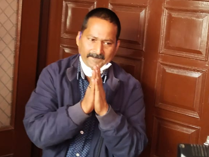 मकान के दरवाजे पर हाथ जोड़कर खड़े हुए युगांतर शर्मा। जो सबसे पहले मौके पर पहुंचे। जिसके बाद वे अपनी बहन को लेकर साकेत हॉस्पिटल गए थे, जहां डॉक्टरों ने उन्हें मृत घोषित कर दिया।