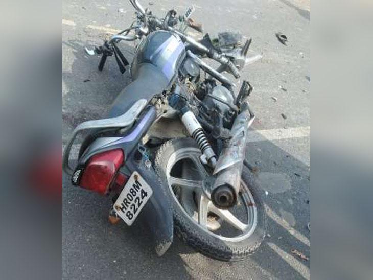 कैथल रोड पर चौगामा गांव के बस स्टॉप पर टेंपो की टक्कर के बाद पड़ी मोटरसाइकल, जिस पर परिवार के तीन सदस्य सवार थे और दो की मौत हो गई।