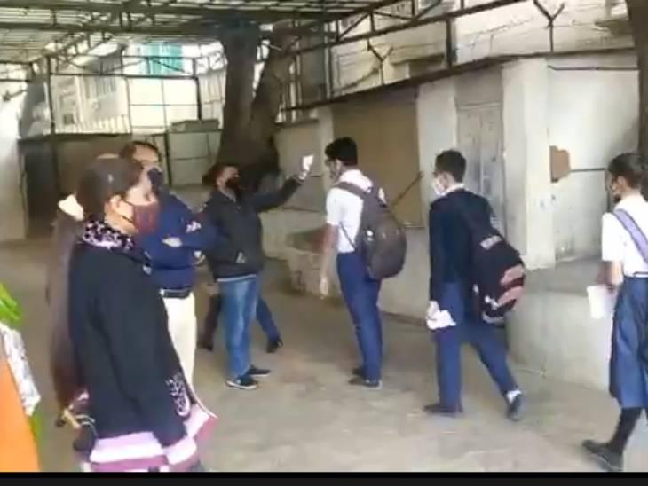 अहमदाबाद के स्कूल में थर्मल गन से चेकिंग के बाद स्कूल में प्रवेश।
