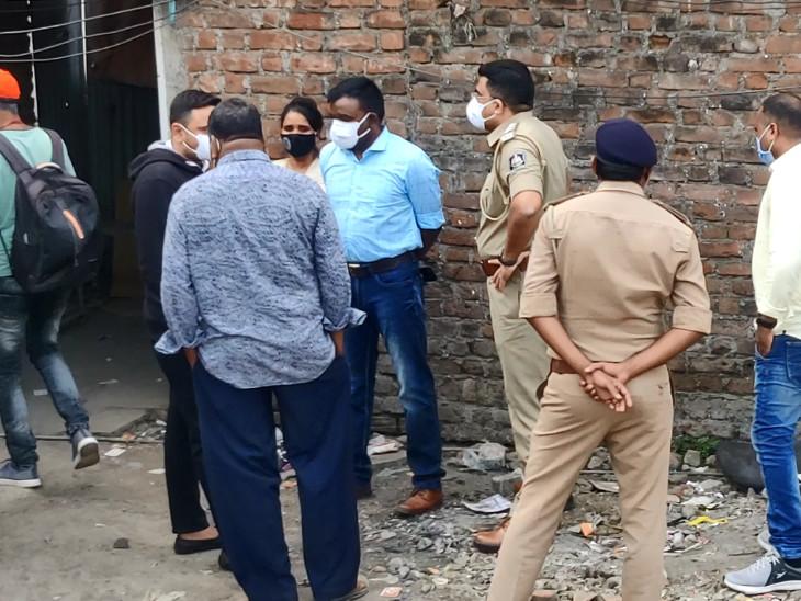 वारदात के बाद आरोपी फरार हो गए, जिनकी पुलिस तलाश कर रही है।