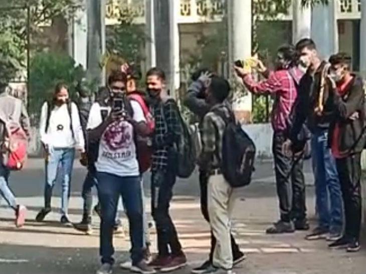 नौ महीने बाद पहुंचे छात्र इस पल को कैमरे में कैद करते हुए।