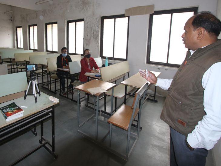 क्लास में स्टैंड पर मोबाइल रख टीचर द्वारा जो भी पढ़ाया गया, उसका लाइव प्रसारण हुआ।
