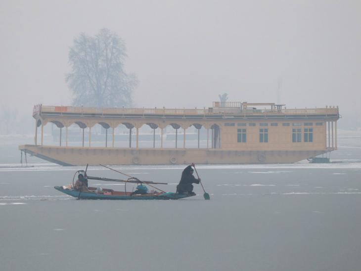 श्रीनगर में डल झील जम गई।