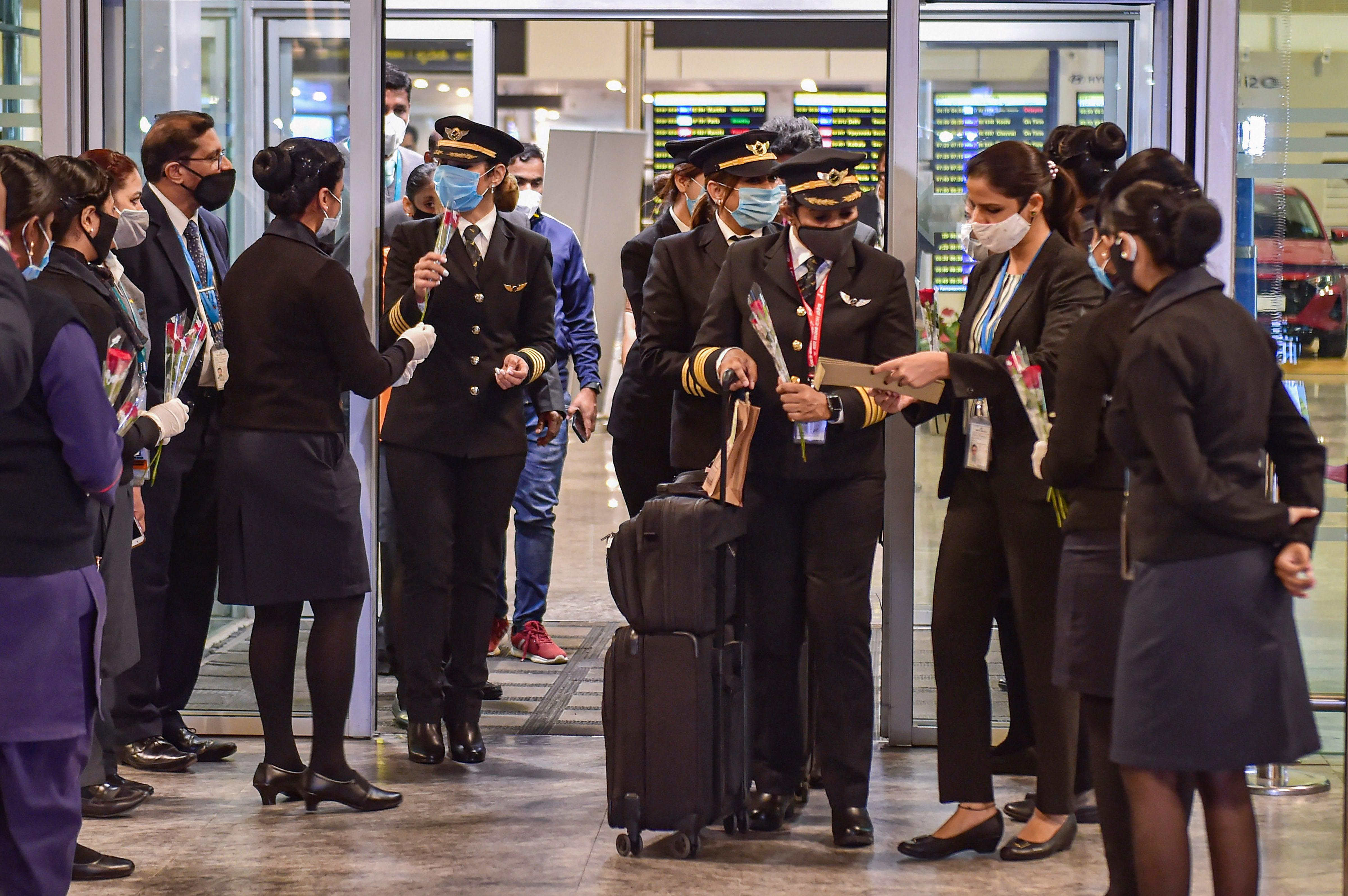 एयरपोर्ट लॉबी में एयर इंडिया के स्टाफ ने सभी क्रू मेंबर्स का स्वागत किया।