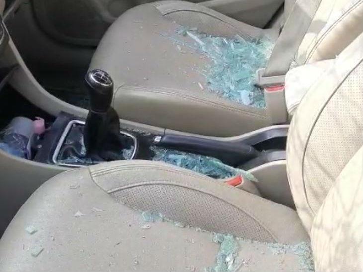 मंत्री के बेटे की गाड़ी का कार का टूटा शीशा।
