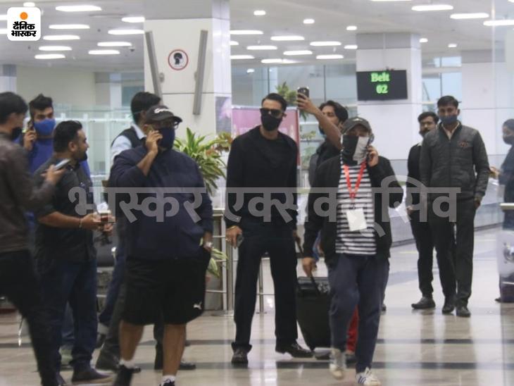 एयरपोर्ट पर स्पॉट हुए अर्जुन रामपाल, फैंस ने ली सेल्फी।
