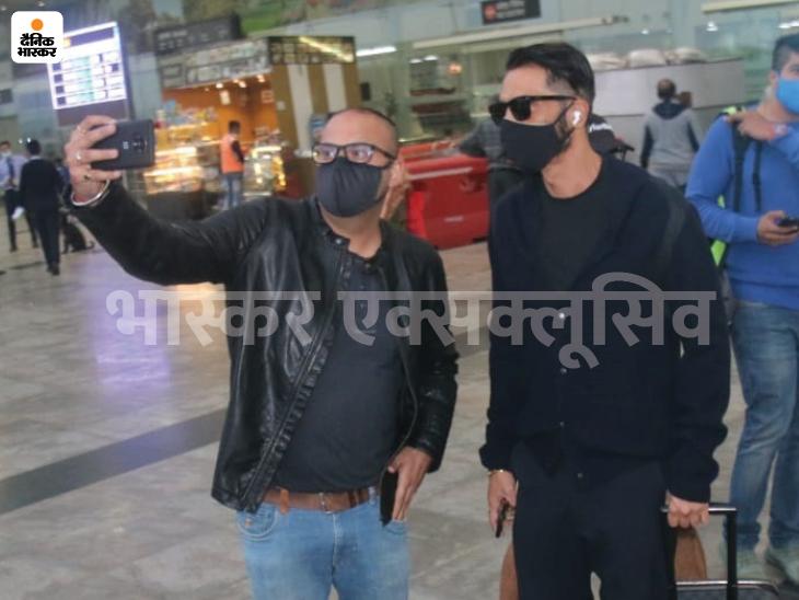 फैंस के साथ सेल्फी खिचवाते अर्जुन रामपाल