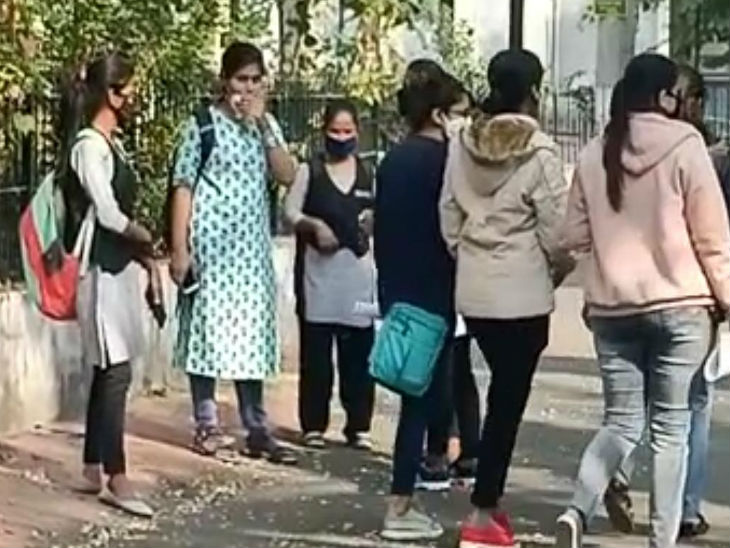 सभी विद्यार्थी चेहरे पर मास्कर लगाकर कॉलेज पहुंचीं।