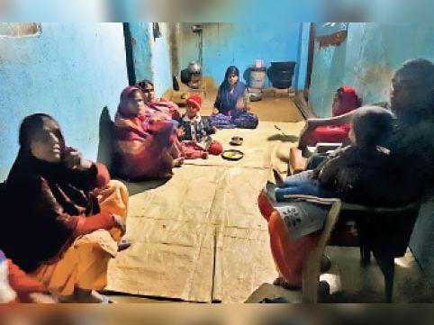 चन्नो में उनके घर में शोकाकुल परिवार