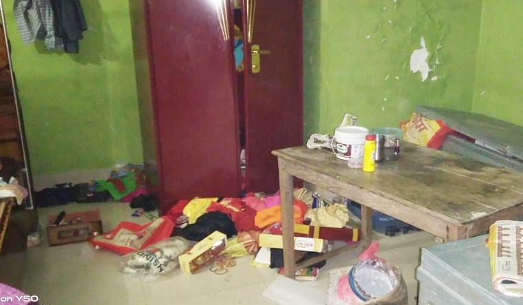 घटना के बाद घर में बिखरे पड़े सामान।