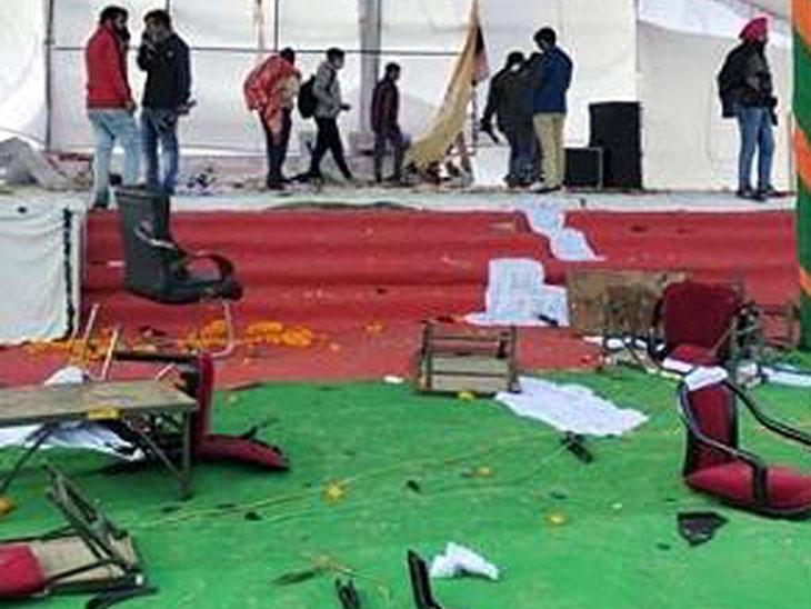 मुख्यमंत्री की रैली वाली जगह की गई तोड़फोड़ और मंच पर चढ़े उपद्रवी। -फाइल