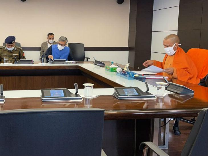 टीम-11 के साथ समीक्षा बैठक करते सीएम योगी।