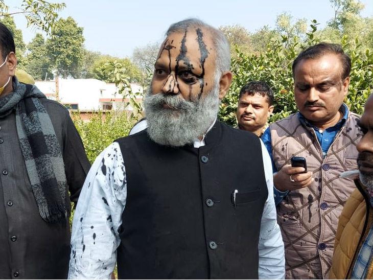 दिल्ली के पूर्व मंत्री की बद्जुबानी: सोमनाथ भारती ने पुलिस अफसर से कहा- योगी की मौत सुनिश्चित है; स्याही फेंकने वाले के पीछे गाली देते हुए दौड़े