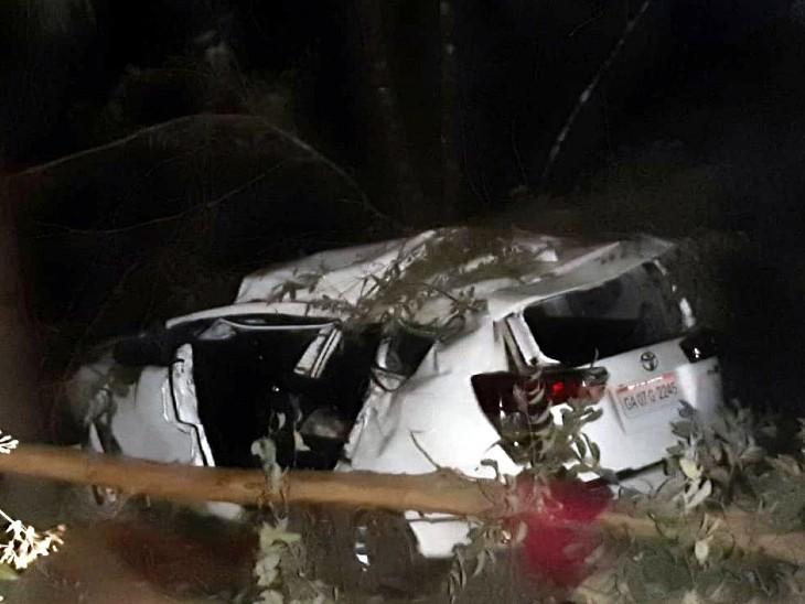 उनकी कार इस हादसे में बुरी तरह क्षतिग्रस्त हो गई है।