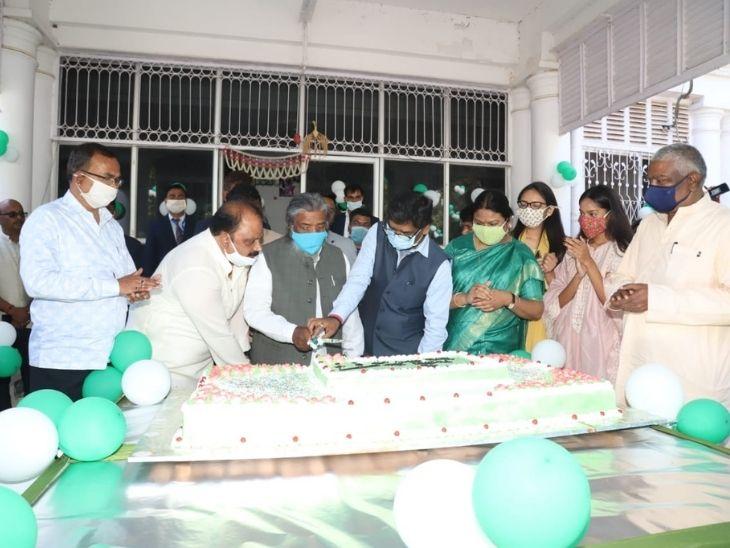 शिबू सोरेन परिवार के सदस्यों के साथ मोरहाबादी स्थित आवास पर केक काटते हुए।