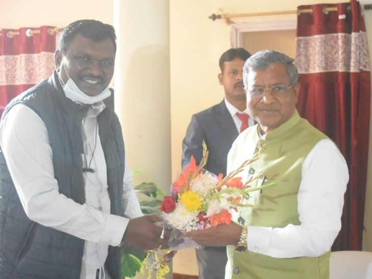 बाबूलाल मरांडी को बधाई देते पूर्व मंत्री अमर बाउरी।