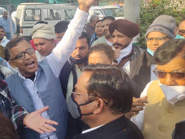 भक्त चरण के सामने हंगामा करते कांग्रेस नेता।