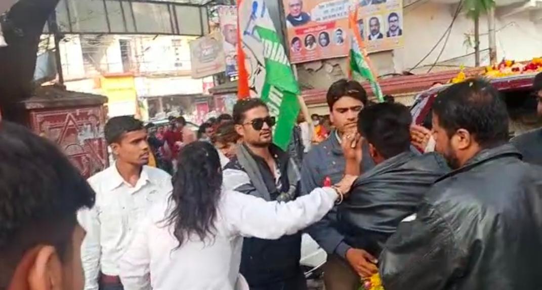 विवाद के बाद दूसरे कार्यकर्ताओं ने बीच-बचाव भी किया।