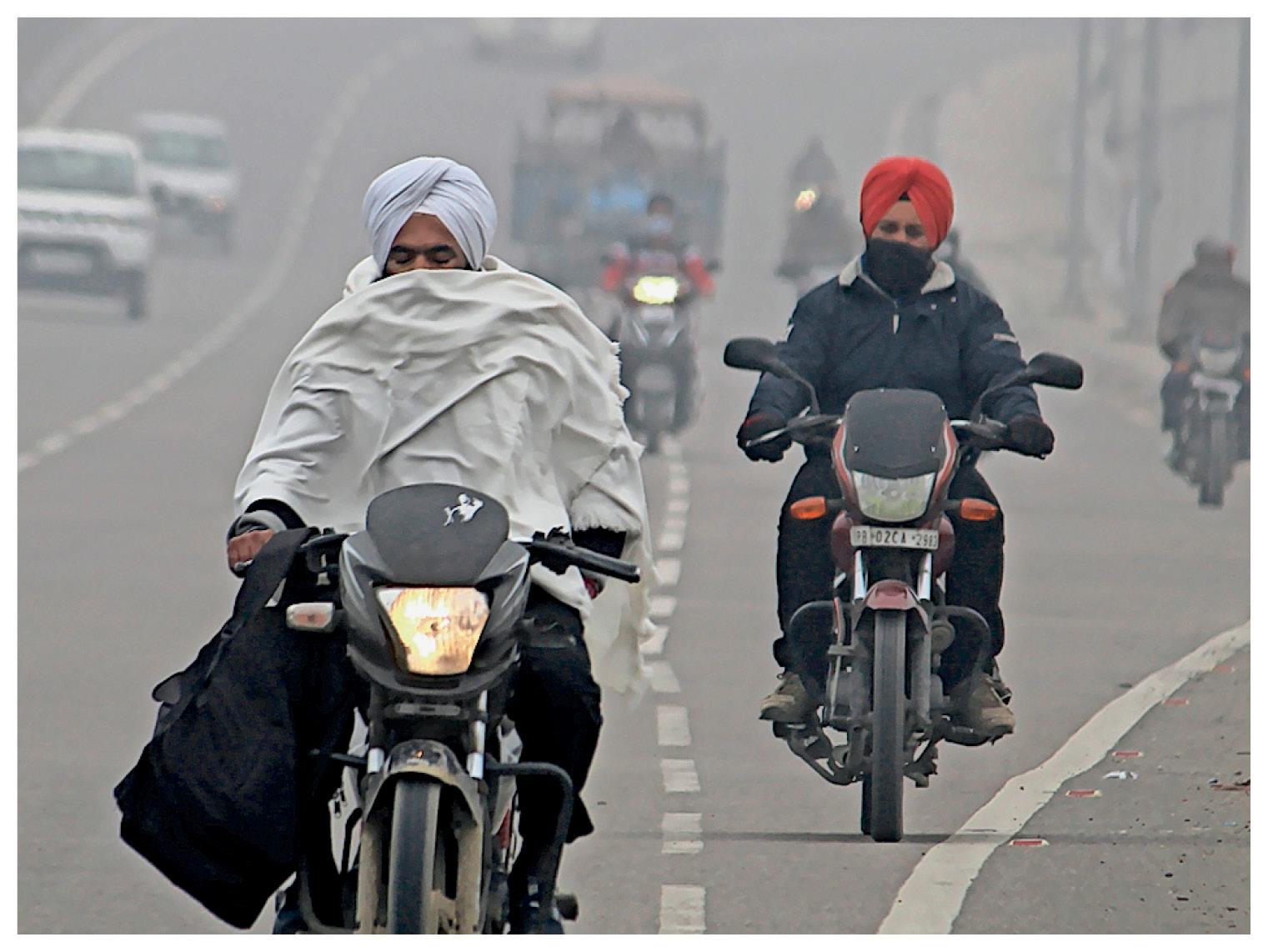 पंजाब के अमृतसर में दोपहर 12 बजे तक कोहरे की चादर छाई रही।