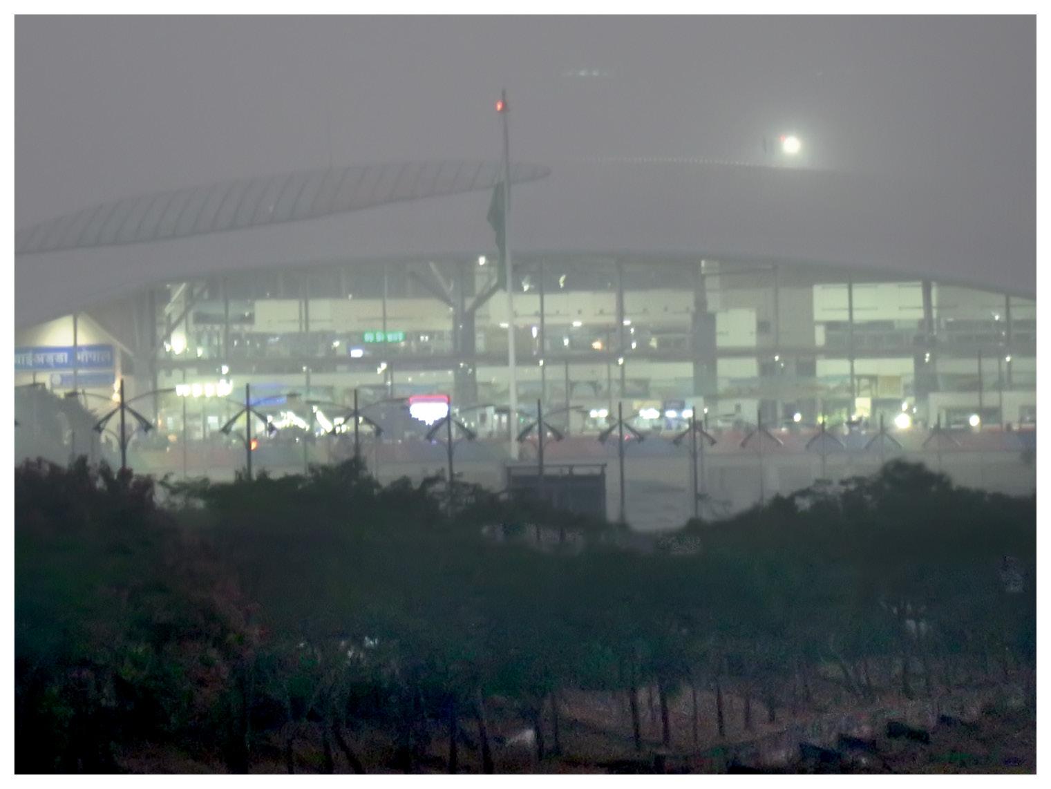 भोपाल का राजाभोज एयरपोर्ट, यहां कोहरे के कारण विजिबिलिटी काफी कम हो गई।