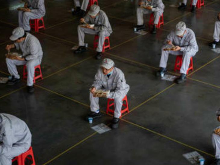 चीन की राजधानी बीजिंग में एक ट्रेनिंग प्रोग्राम के दौरान हेल्थ वर्कर्स। चीन ने पहली बार WHO की टीम को अपने यहां वायरस फैलने की जांच की मंजूरी दी है। इसके पहले वो किसी भी विदेशी टीम को देश में जांच की इजाजत देने के लिए तैयार नहीं था। (फाइल)