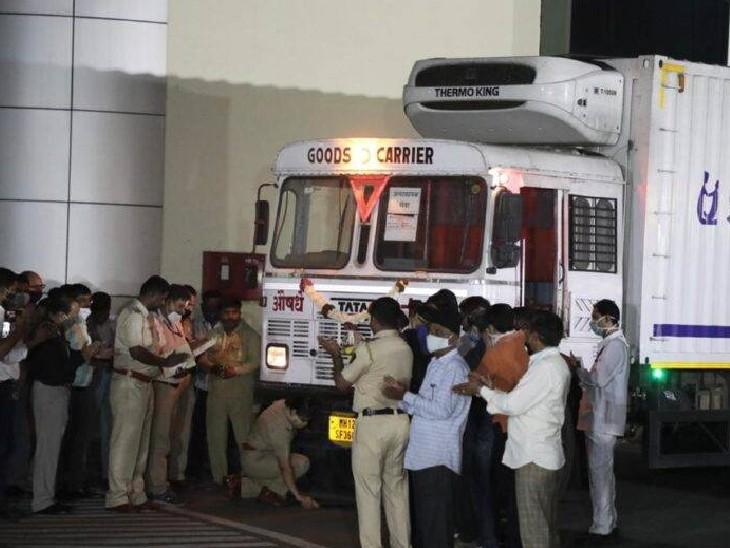सीरम इंस्टीट्यूट से वैक्सीन रवाना होने से पहले पुलिस कर्मियों ने ट्रक के सामने पूजा की।