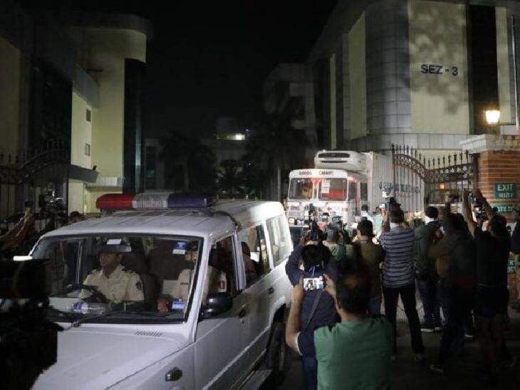 तीनों ट्रकों के आगे और पीछे पुलिस के वाहन थे। पूरे इलाके को ग्रीन कॉरिडोर बनाकर वैक्सीन एयरपोर्ट तक पहुंचाई गईं।
