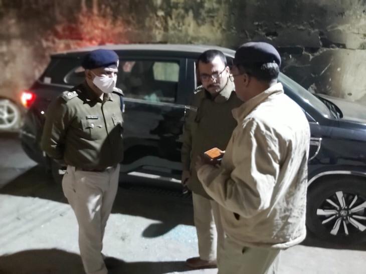 घटनास्थल पर पहुंचे SSP, सचिवालय DSP और शास्त्रीनगर थानेदार रामाशंकर।