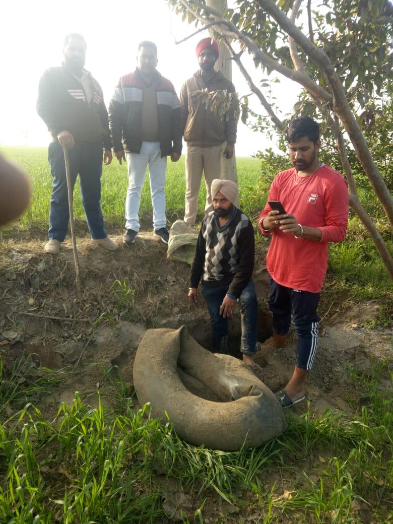 टायर की ट्यूब में भरकर मिट्टी के अंदर छुपाकर रखी शराब बरामद करती टीम