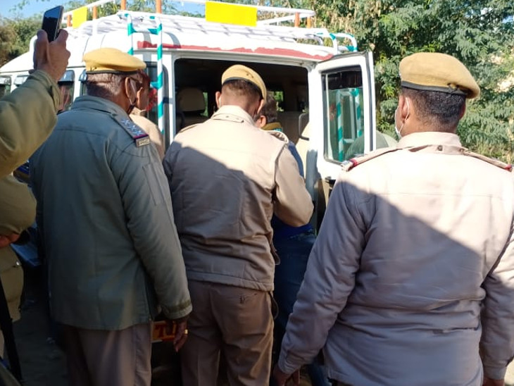नशे का सामान जब्त कर ले गई पुलिस।