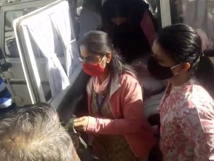 पिंकी मीणा (लाल मास्क) को दौसा एसडीएम के आवास पर लाया गया। वहां दोनों अधिकारियों को आमने-सामने बैठाकर पूछताछ की जा रही है।