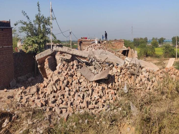 जलालपुर में इसी मकान में चल रहा था अवैध शराब का खेल, जमींदोज किया।