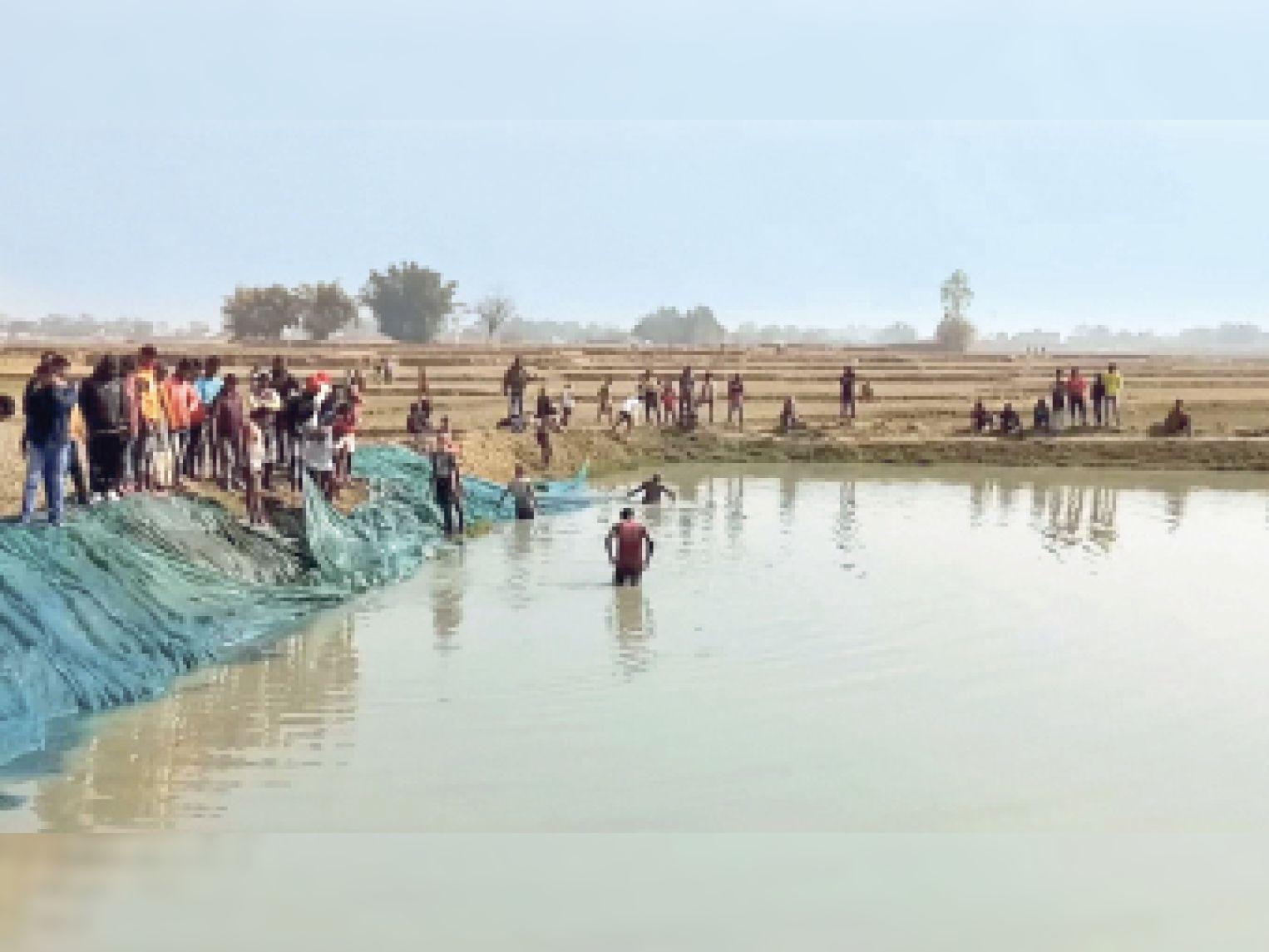 बड़ी संख्या पुलिस की टीम चंदवे पहुंची और तालाब में दउली की तलाश में जुट गई।