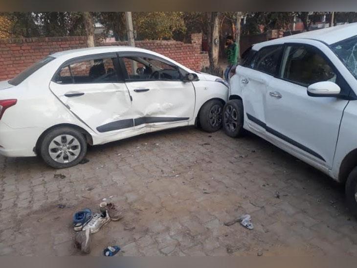 घटनास्थल पर आपस में टकराई कारें, जिनमें सवार 2 लोग मारे और 5 घायल हो गए।