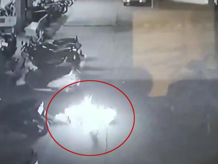 घटना सोसायटी में लगे कैमरे में कैद हो गई थी।