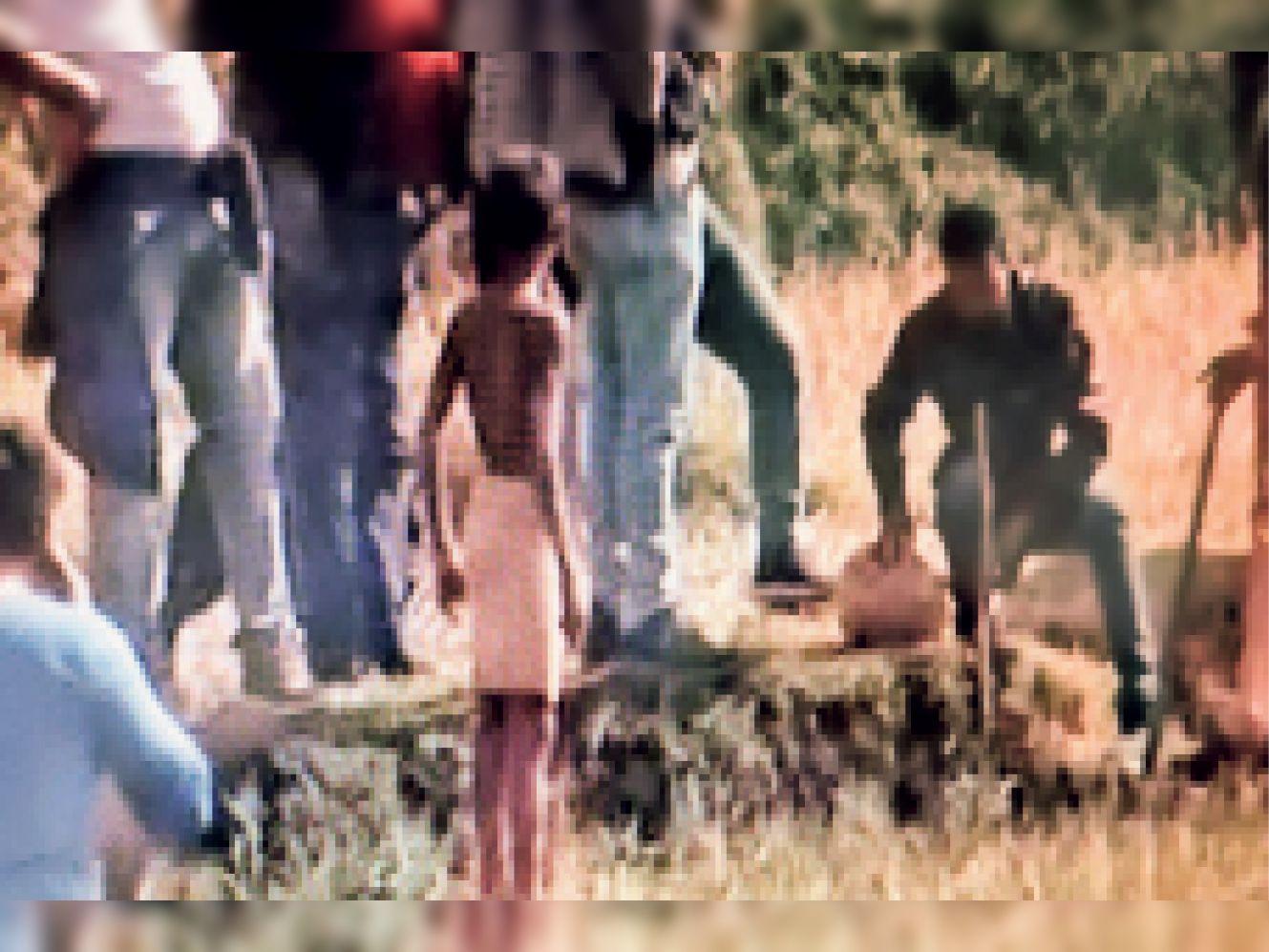 पुलिस को जगतपाल साह की खेत में एक फुट नीचे युवती का सिर मिल गया
